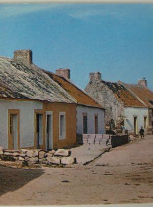 Rue du radjel menant à l'église dans le port de Houat